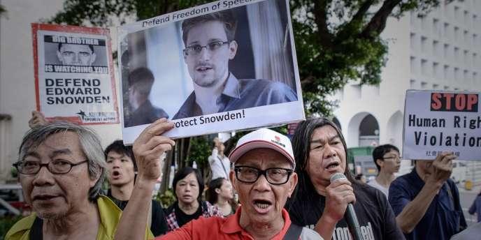 Des manifestants mobilisés en soutien à Edward Snowden, l'ancien consultant de la NSA réfugiés à Hong Kong.