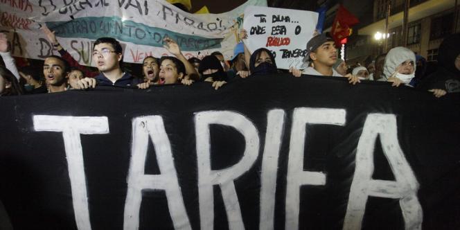 A Sao Paulo, des milliers de personnes protestaient dans le centre-ville contre la hausse de 7 % des billets de bus, de métro et de train.