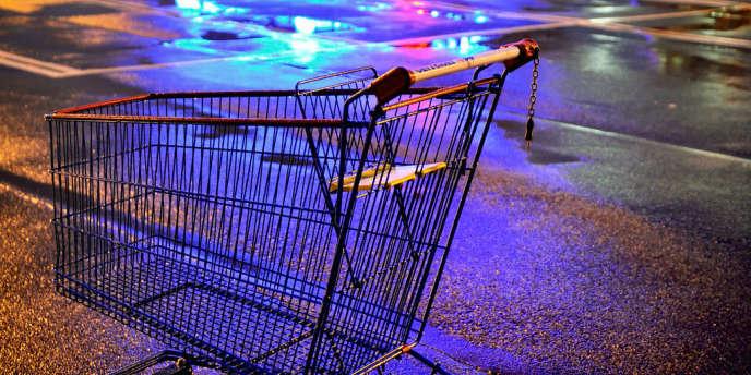 En proposant de l'alimentaire et du non-alimentaire sur une même surface, l'hypermarché a bouleversé les habitudes de consommation des Français, qui n'acceptent plus aujourd'hui les dérives de son modèle économique.