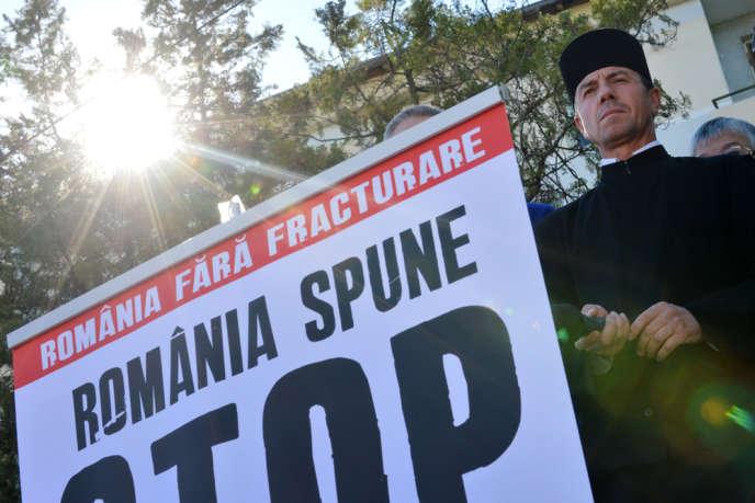 Le protopope Vasile Laiu, au cours d'une manifestation contre l'exploitation du gaz de schiste, à Bârlad, le 27 mai.