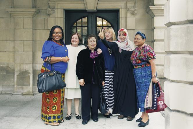 De gauche à droite, la Libérienne Leymah Gbowee (Nobel de la paix 2011), l'Irlandaise Mairead Corrigan Maguire (1976), l'Iranienne Shirin Ebadi (2003), l'Américaine Jody Williams (1997), la Yéménite Tawakkul Karman (2011) et la Guatémaltèque Rigoberta Menchú (1992). Pendant trois jours, à Belfast, la conférence organisée par ces six Nobel a réuni une centaines de militantes venues de partout dans le monde.