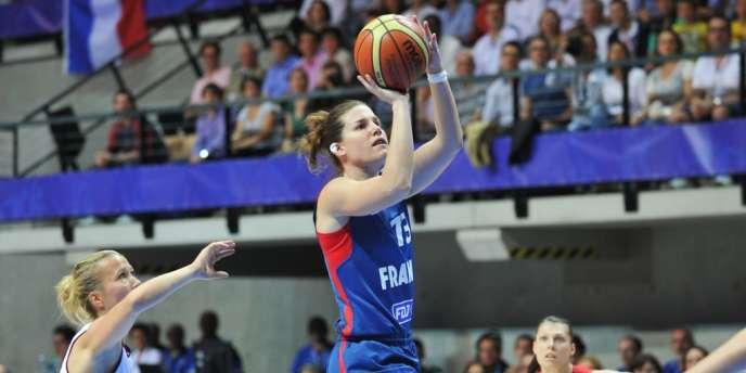 Gaëlle Skrela, pour sa première participation à un tournoi international, a remporté une brillante victoire avec l'équipe de France de basket contre la Lettonie, le 15 juin à Trélazé.