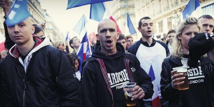 Le défilé du FN le 1er Mai, à Paris. Parmi les marques prisées par la mouvance fasciste, le  label de boxe Lonsdale. Photo: France Keyser/Myop Diffusion