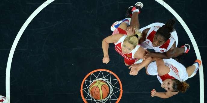Les basketteuses russes opposées aux turques, pendant les JO de Londres en 2012.