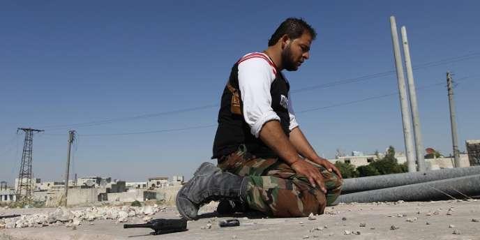 Un rebelle syrien, près de l'aéroport d'Alep, le 14 juin.