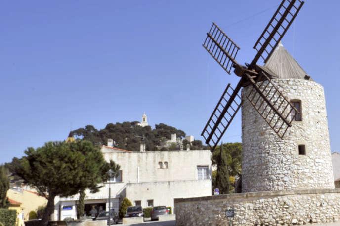 Le moulin d'Allauch (Bouches-du-Rhône), village qui domine les quartiers Nord de Marseille.