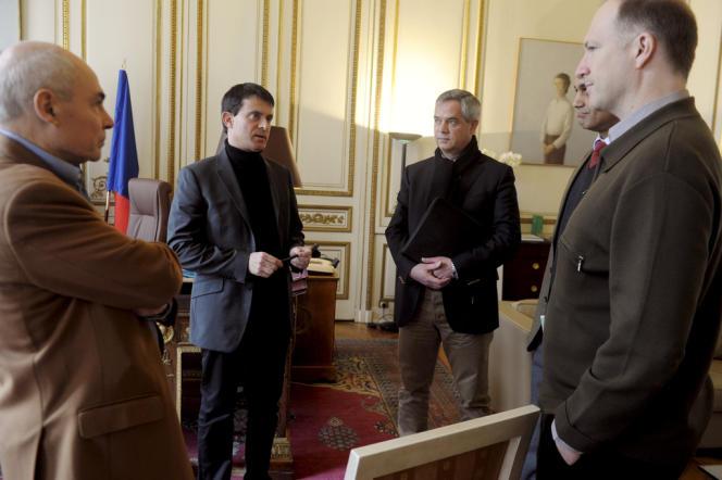 Manuel Valls avec le patron de la DCRI, Patrick Calvar, et les membres de son cabinet.