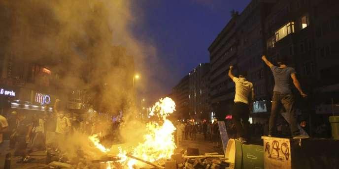 Des centaines de milliers de manifestants ont continué de protester tard, dimanche soir, alors que la police antiémeute tentait de les disperser.