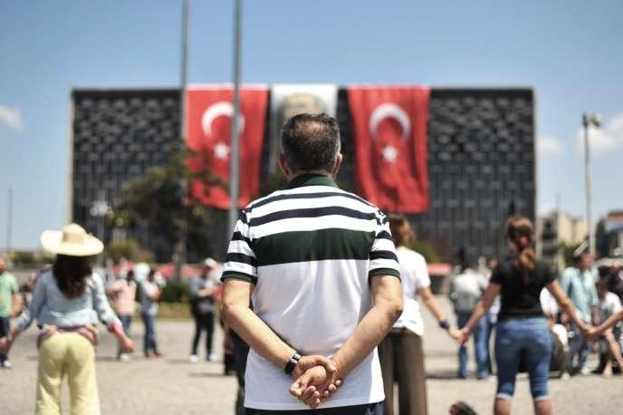 Des manifestants antigouvernementaux, place Taksim, à Istanbul, le 18 juin.