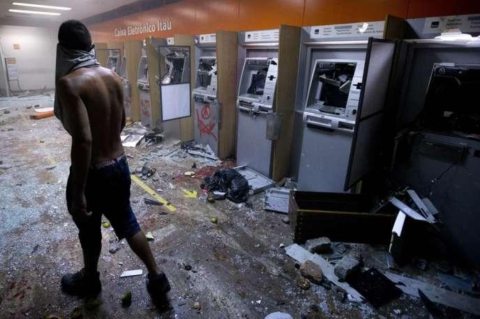 Une banque de Rio de Janeiro pillée à la faveur du mouvement de colère des Brésiliens contre la hausse des prix, lundi 17 juin.
