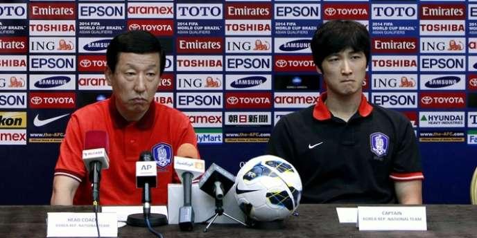 L'entraîneur sud-coréen Choi Kang-hee, et son capitaine Kwak Tae-hwi, le 3 juin à Beyrouth avant un match contre le Liban.