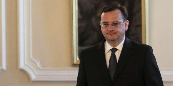 Alors premier ministre, Petr Necas s'apprête à remettre sa démission au président Milos Zeman, le 17 juin 2013 à Prague.