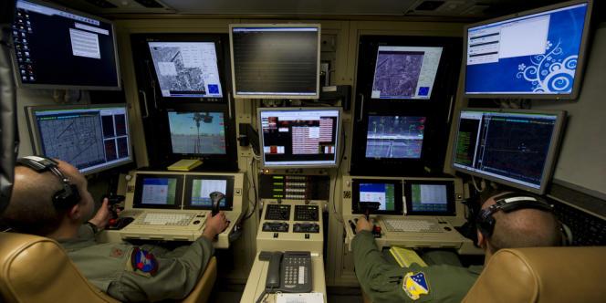 Des opérateurs de l'US Air Force dirigent un drone MQ-9 lors d'un entraînement sur la base de Holloman, au Nouveau-Mexique, en octobre 2012.