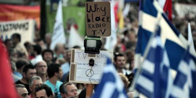 Manifestation, le 17 juin, dans le centre d'Athènes, contre la décision du gouvernement grec de fermer la radiotélévision publique.