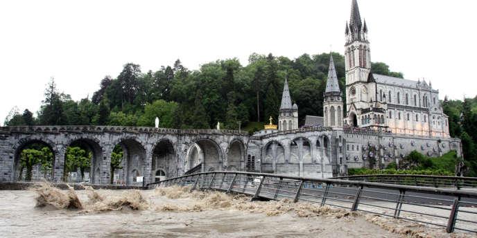 Crue du cours d'eau du Gave à Lourdes dans les Haute-Pyréenées, mardi 18 juin.