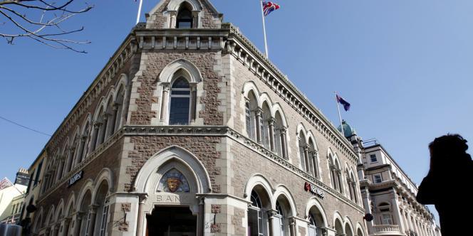 L'île anglo-normande et ses trusts vivent mal l'offensive du G8 contre les fraudes à l'impôt. Ici, la banqueNatWest, à Saint-Hélier.