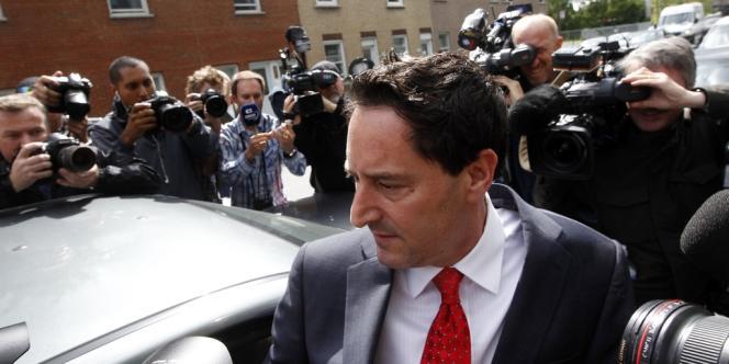 Michael Applebaum, le maire de Montréal par intérim,  quitte le siège de la sûreté du Québec, lundi 17 juin, au soir de son arrestation.