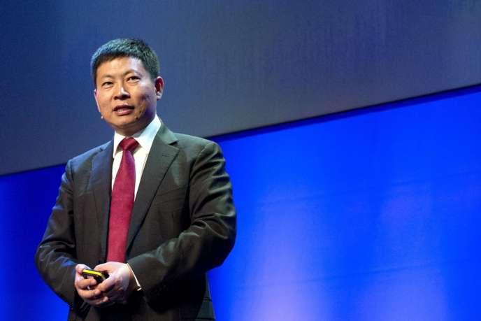 Richard Yu, PDG de la division grand public de Huawei présente son smartphone, à Londres, mardi.