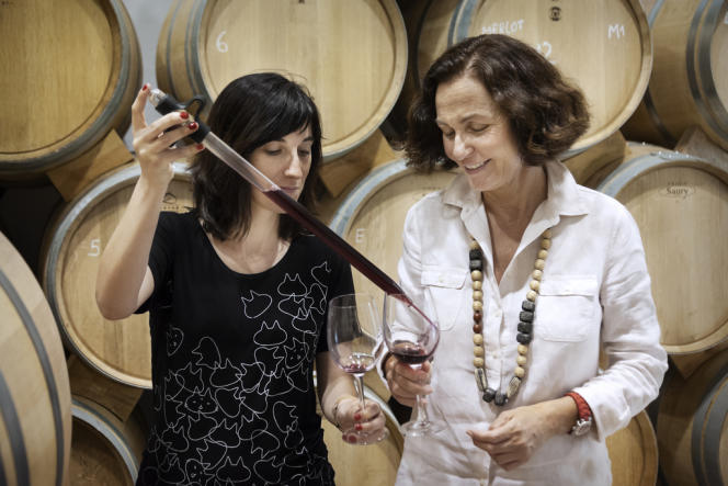 Maria Marsans (à droite), propriétaire du domaine vinicole Arrayan à La Torre de Esteban Hambrán, dans les environs de Tolède, le 4 juin.