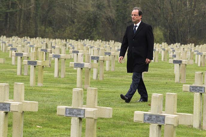 François Hollande, alors candidat à la présidentielle, à la nécropole nationale du bois de la Gruerie, dans la Marne, le 11 novembre 2011.