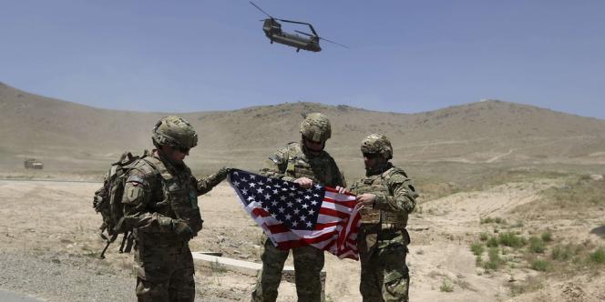 Les douanes afghanes exigent des Américains le paiement d'amendes s'élevant à des millions de dollars pour retirer le matériel militaire d'Afghanistan, ce qui force le Pentagone à recourir au transport aérien, plus onéreux.