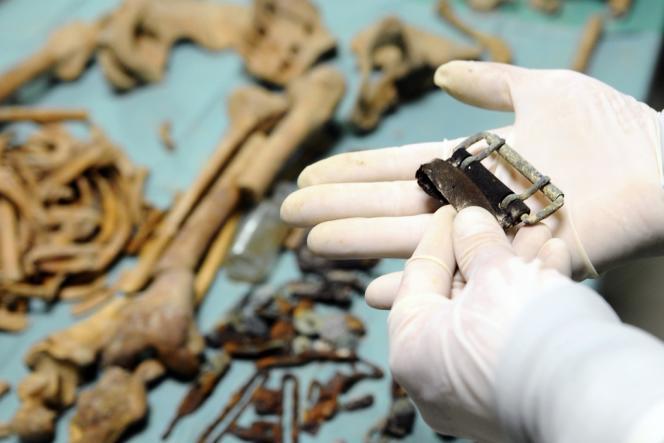 Le médecin légiste Bruno Frémont étudie un morceau de ceinture d'un
