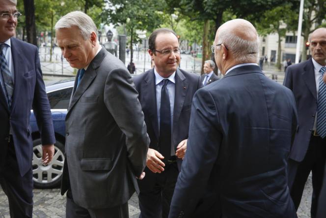 Jean-Marc Ayrault, François Hollande et Michel Sapin (de dos), avant la conférence sociale, à Paris le 20 juin 2013.