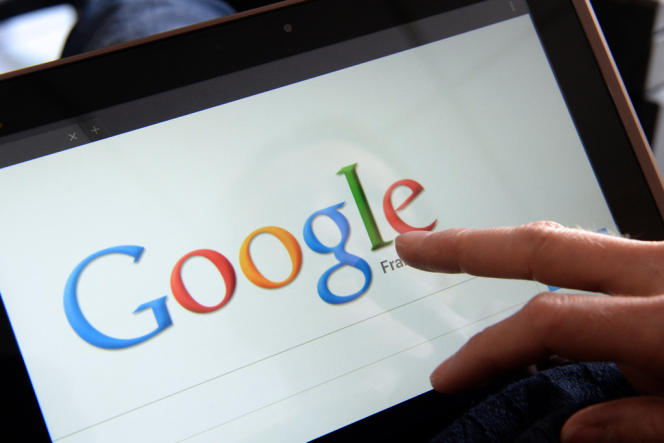 Une personne utilise Google sur une tablette tactile.
