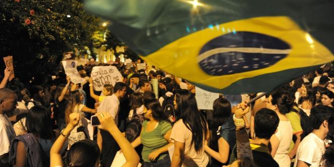 Des manifestants à Niteroi, près de Rio de Janeiro, le 19 juin 2013.