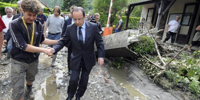 François Hollande à Lourdes, jeudi 20 mai, après les crues qui ont inondé la ville.
