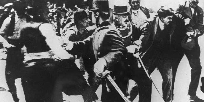 L'arrestation du Serbe Gavrilo Princip (à droite), assassin de l'archiduc François-Ferdinand, à Sarajevo, le 28 juin 1914 à Sarajevo. L'historien Pierre Renouvin démontre en 1925 que le gouvernement serbe est indirectement responsable de l'attentat.