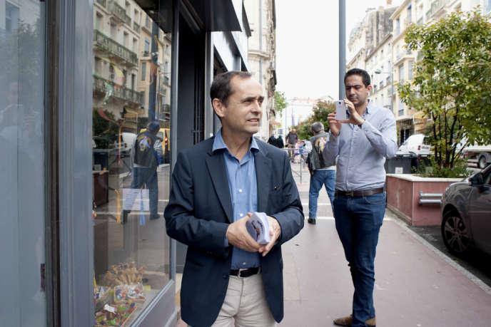 Robert Ménard, candidat soutenu par le Front national, en campagne pour les municipales auprès des commerçants, à Béziers (Hérault), le 20 juin.