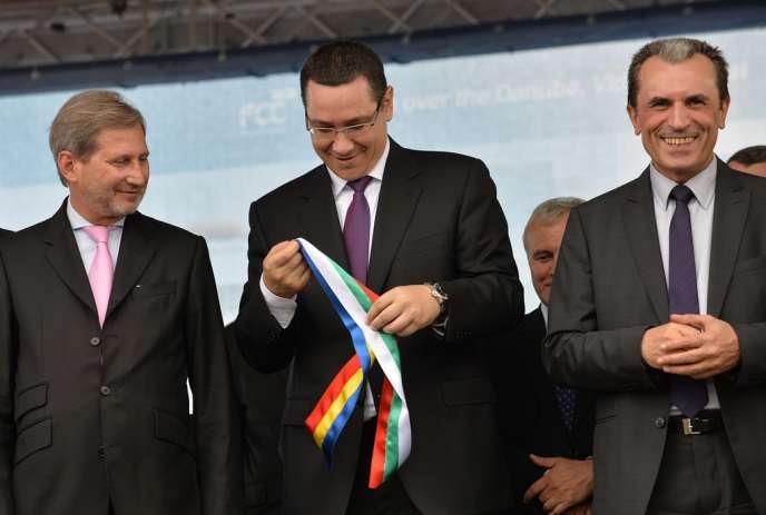 De gauche à droite : le commissaire européen Johannes Hahn, le premier ministre roumain, Victor Ponta, et son homologue bulgare, Plamen Orecharski, lors de l'inauguration, le 14 juin, d'un nouveau pont sur le Danube, le deuxième jeté entre les rives des deux pays.