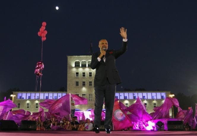 Le candidat du Parti socialiste et actuel maire de Tirana, Edi Rama, lors d'un meeting électoral dans la capitale albanaise, le 20 juin.