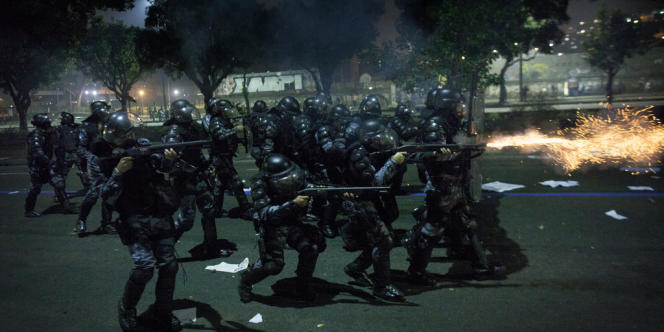 La police antiémeute tire des balles en caoutchouc contre les manifestants, jeudi 20 juin à Rio de Janeiro.