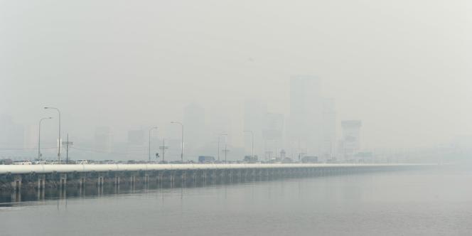 A Singapour, l'indice de pollution a atteint vendredi le niveau record de 400, soit un niveau dangereux pour la vie des personnes âgées et des malades, a indiqué l'agence gouvernementale qui contrôle la qualité de l'air.
