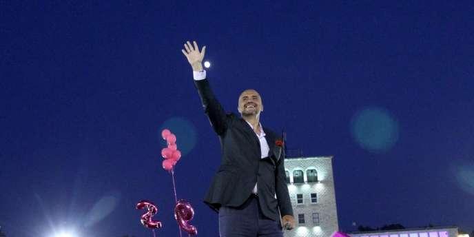 Après dépouillement de 90 % des bulletins de vote, la coalition d'Edi Rama est créditée de 57,7 % des voix face à celle de droite du premier ministre sortant, Sali Berisha.