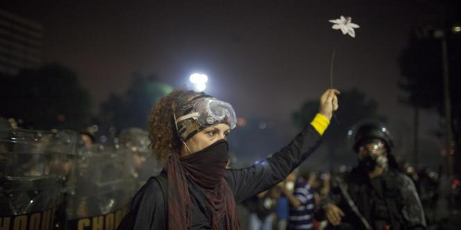 Une manifestante contre la corruption et la hausse des prix, jeudi 20 juin à Rio de Janeiro.