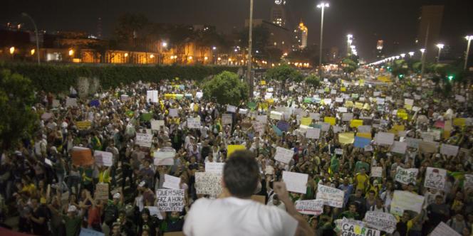 Une foule immense issue de toutes les classes sociales s'est retrouvée le 20 juin dès 17 heures sur l'immense avenue du Président-Vargas, à Rio de Janeiro.
