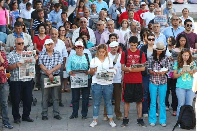 Manifestation de protestants immobiles à Ankara, le 19 juin.