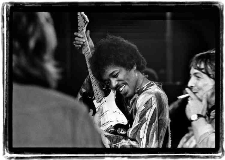 """""""Durant l'été 1970, je reçois un coup de fil de mon ami Andrew Bailey. Il me propose de l'accompagner au Festival de l'île de Wight.  Et me glisse : """"Apporte un appareil photo, on ne sait jamais."""" Je me souviens être arrivé juste au moment où le groupe Free jouait.  En franchissant la colline, j'entendais All Right Now - leur grand tube, qui emplissait tout l'espace. Jimi Hendrix était le dernier  programmé - le troisième jour, très tard le soir. J'étais sur scène, juste derrière son ampli, il faisait froid et sombre, le manque de sommeil commençait à se faire sentir, mais dès qu'il a commencé à jouer, je me suis réveillé. Cette photo a été prise au moment où il entre  sur scène. Il accorde sa guitare en posant son oreille contre l'instrument - c'est comme ça qu'on faisait à l'époque. Pas d'équipement high-tech. Juste un gars (celui qui fume une cigarette, à droite) dont le job est de prendre soin de la guitare et de l'ampli d'Hendrix."""""""