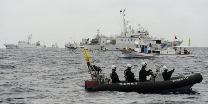 Des gardes-côtes japonais bloquent des bateaux chinois au large des îles Senkaku, le 26 mars.