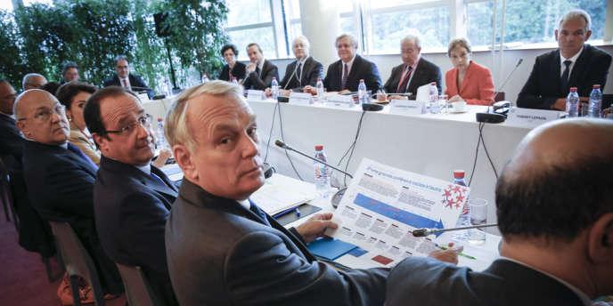 Michel Sapin, François Hollande, Jean-Marc Ayrault, Laurence Parisot et Thierry Lepaon à la grande conférence sociale au Conseil économique et social, le 20 juin.
