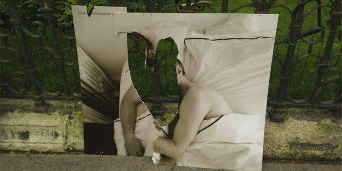 L'exposition du photographe Olivier Ciappa contre l'homophobie, affichée sur des grilles près de la mairie du IIIème arrondissement de Paris, a été vandalisée.