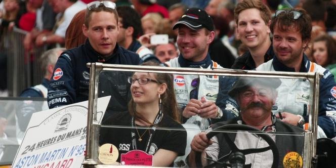 Le pilote danois Allan Simonsen, à gauche, lors de la parade la veille du début de la course des 24 Heures du Mans, vendredi 21 juin.