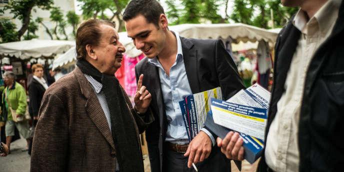 Le candidat du FN Etienne Bousquet-Cassagne, sur le marché de Sainte-Livrade-sur-Lot (Lot-et-Garonne), le 21 juin.