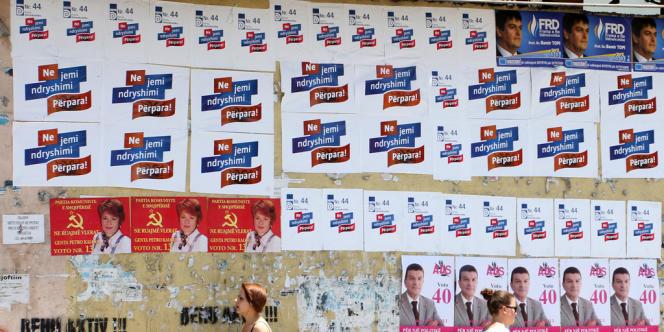 Ces élections sont surveillées de près par Bruxelles qui a déjà, à deux reprises, refusé d'octroyer le statut de candidat à l'adhésion à l'UE à ce pays où les résultats des élections ont été systématiquement contestés.