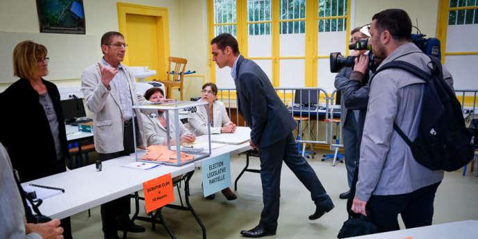 Etienne Bousquet-Cassagne, candidat du FN, fait le tour des bureaux de vote le jour de l'élection législative partielle à Villeneuve-sur-Lot, dimanche 23 juin 2013.