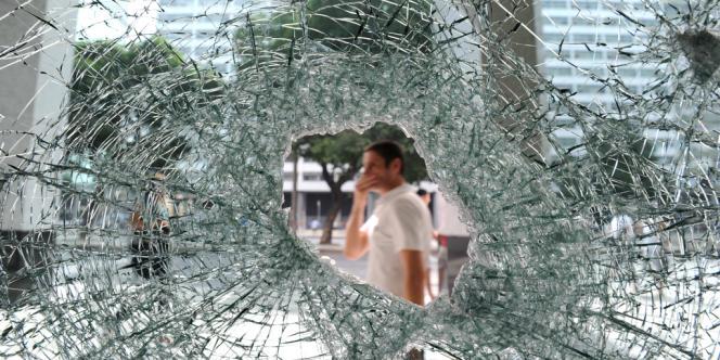 Dans les rues de Salvador quelque centaines de personnes seulement ont manifesté. Mais des abribus ont détruits par des vandales.