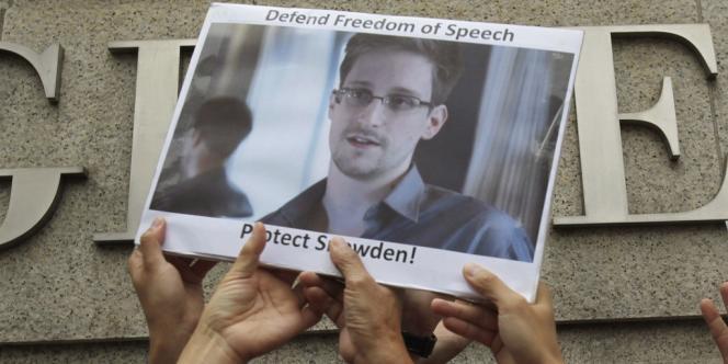 Des partisans d'Edward Snowden devant le siège de la NSA à Washington, le 13 juin 2013.
